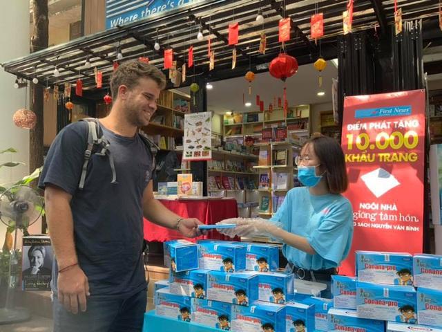 First News tặng 10.000 khẩu trang miễn phí tại đường sách Nguyễn Văn Bình - Ảnh 1.