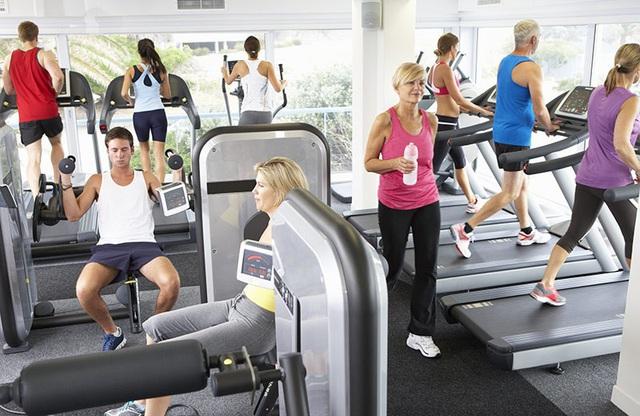 Có nên đi tập gym giữa mùa dịch Covid-19 hay không? 4 lưu ý an toàn của chuyên gia y tế - Ảnh 1.