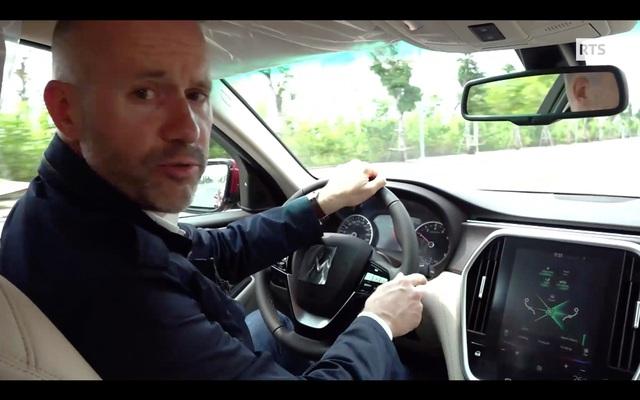 Ô tô VinFast lên sóng đài truyền hình quốc gia Thụy Sĩ - Ảnh 2.