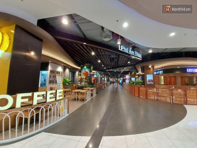 Nhiều nhà hàng ở Hà Nội đồng loạt đóng cửa tạm thời, các trung tâm thương mại vắng vẻ: tinh thần phòng tránh dịch bệnh nâng cao hơn bao giờ hết - Ảnh 11.