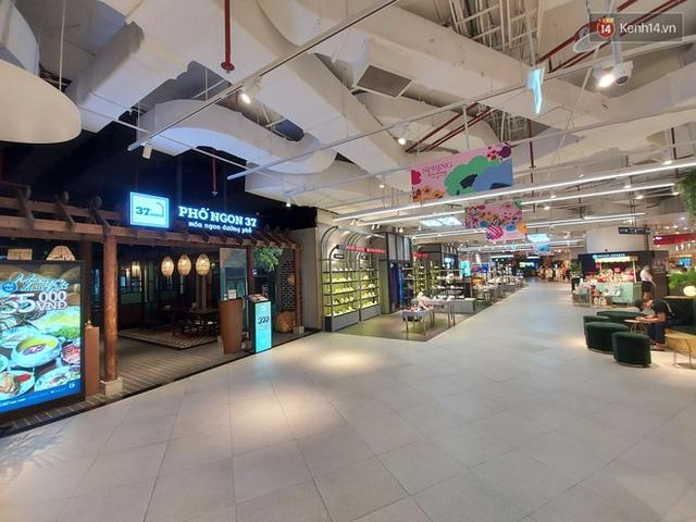 Nhiều nhà hàng ở Hà Nội đồng loạt đóng cửa tạm thời, các trung tâm thương mại vắng vẻ: tinh thần phòng tránh dịch bệnh nâng cao hơn bao giờ hết - Ảnh 15.