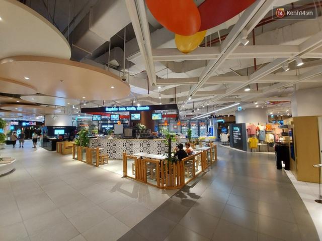 Nhiều nhà hàng ở Hà Nội đồng loạt đóng cửa tạm thời, các trung tâm thương mại vắng vẻ: tinh thần phòng tránh dịch bệnh nâng cao hơn bao giờ hết - Ảnh 16.