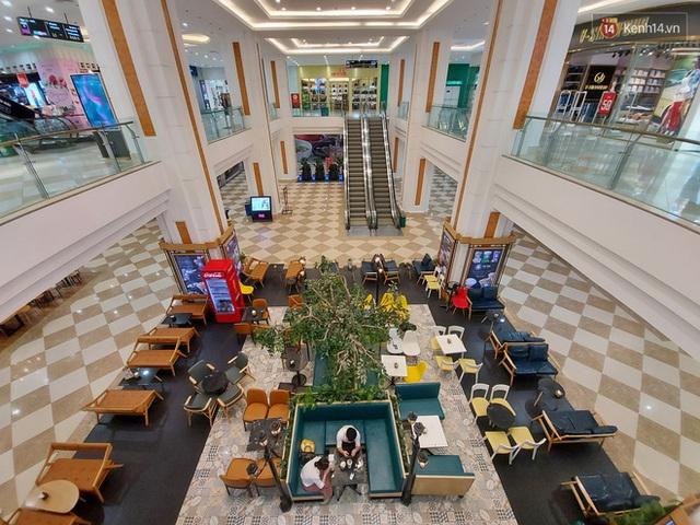 Nhiều nhà hàng ở Hà Nội đồng loạt đóng cửa tạm thời, các trung tâm thương mại vắng vẻ: tinh thần phòng tránh dịch bệnh nâng cao hơn bao giờ hết - Ảnh 18.