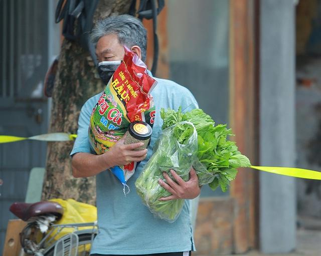 Công an, bảo vệ tổ dân phố đẩy xe phát thực phẩm miễn phí cho người dân Trúc Bạch đang bị cách ly - Ảnh 5.