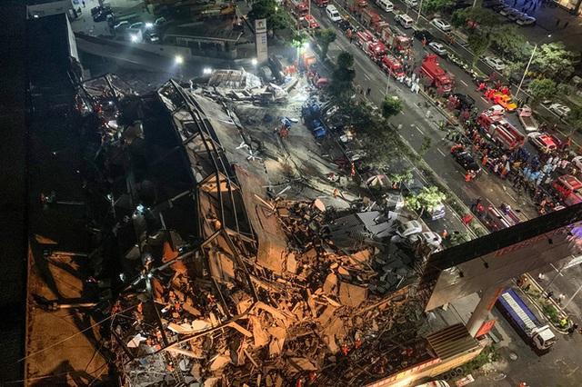 Dưới đống đổ nát của khách sạn cách ly ở Trung Quốc: Người đến từ vùng dịch chưa được giải cứu, người nằm bên chân con đợi đoàn tụ chồng - Ảnh 5.