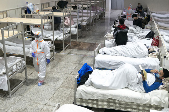 Bức ảnh bác sĩ ngả lưng trên giường bệnh vào đêm cuối ở bệnh viện cabin ở Vũ Hán gây xúc động, đánh dấu bước đầu tiến đến chiến thắng Covid-19 - Ảnh 1.