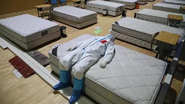 Bức ảnh bác sĩ ngả lưng trên giường bệnh vào đêm cuối ở bệnh viện cabin ở Vũ Hán gây xúc động, đánh dấu bước đầu tiến đến chiến thắng Covid-19 - Ảnh 2.