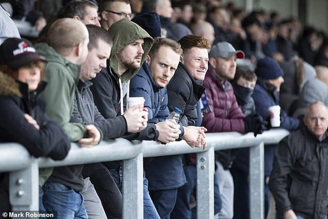 Mặc COVID-19, hàng ngàn CĐV Anh vẫn tung tăng đi xem bóng đá, thi chạy marathon khiến báo đài nước này hốt hoảng: Các người đang nghĩ cái quái gì vậy? - Ảnh 3.