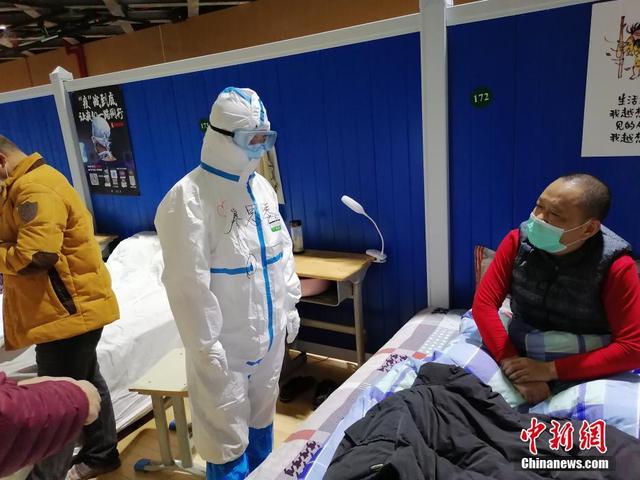 Bức ảnh bác sĩ ngả lưng trên giường bệnh vào đêm cuối ở bệnh viện cabin ở Vũ Hán gây xúc động, đánh dấu bước đầu tiến đến chiến thắng Covid-19 - Ảnh 5.