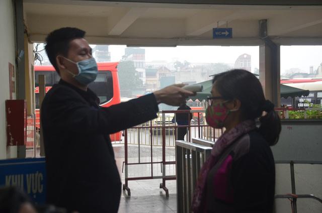 Bến xe ở Hà Nội vắng tanh vì ảnh hưởng của dịch Covid-19, nhà xe ra tận đường chèo kéo khách - Ảnh 14.