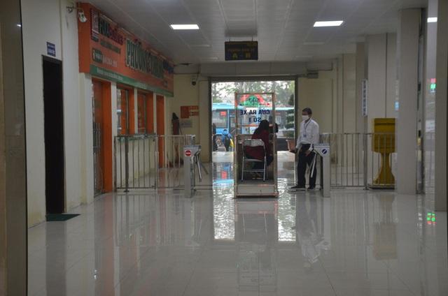 Bến xe ở Hà Nội vắng tanh vì ảnh hưởng của dịch Covid-19, nhà xe ra tận đường chèo kéo khách - Ảnh 10.