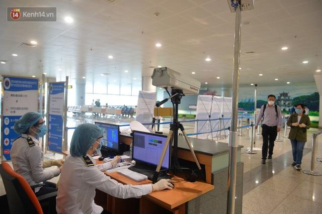 Ảnh: Cận cảnh quy trình lấy mẫu xét nghiệm Covid-19 trực tiếp tại sân bay Nội Bài - Ảnh 2.
