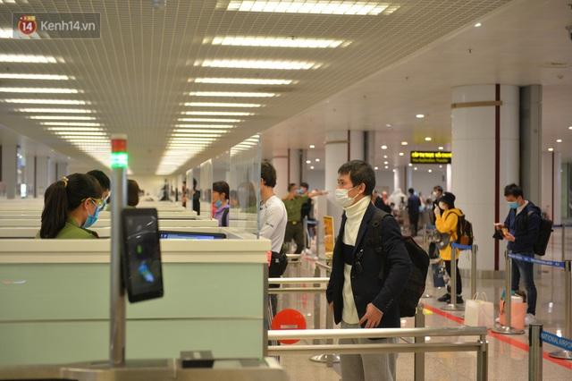 Ảnh: Cận cảnh quy trình lấy mẫu xét nghiệm Covid-19 trực tiếp tại sân bay Nội Bài - Ảnh 11.