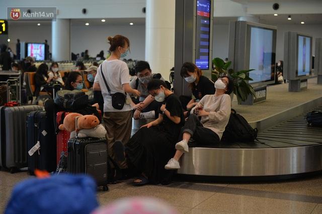 Ảnh: Cận cảnh quy trình lấy mẫu xét nghiệm Covid-19 trực tiếp tại sân bay Nội Bài - Ảnh 14.