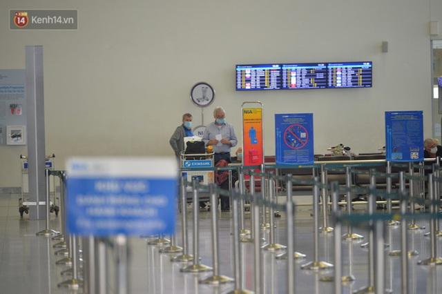 Ảnh: Cận cảnh quy trình lấy mẫu xét nghiệm Covid-19 trực tiếp tại sân bay Nội Bài - Ảnh 15.