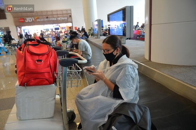 Ảnh: Cận cảnh quy trình lấy mẫu xét nghiệm Covid-19 trực tiếp tại sân bay Nội Bài - Ảnh 17.