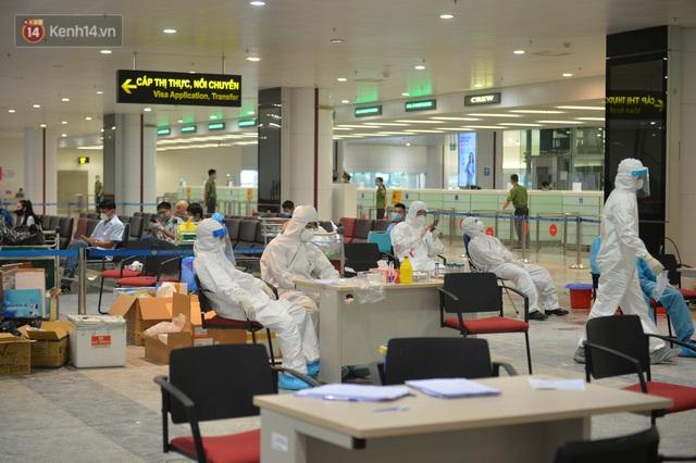 Ảnh: Cận cảnh quy trình lấy mẫu xét nghiệm Covid-19 trực tiếp tại sân bay Nội Bài - Ảnh 19.