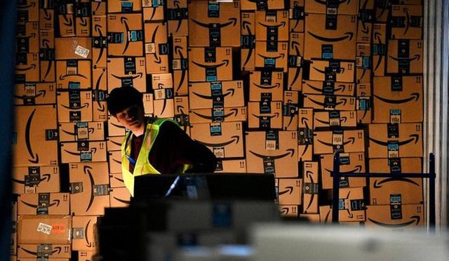 """Đến cả một đế chế bán hàng trực tuyến như Amazon cũng phải """"đau đầu"""" với Covid-19 vì khan hàng và giao hàng trễ - Ảnh 3."""