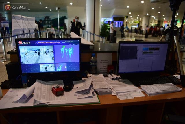 Ảnh: Cận cảnh quy trình lấy mẫu xét nghiệm Covid-19 trực tiếp tại sân bay Nội Bài - Ảnh 5.