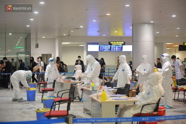 Ảnh: Cận cảnh quy trình lấy mẫu xét nghiệm Covid-19 trực tiếp tại sân bay Nội Bài - Ảnh 6.