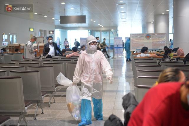 Ảnh: Cận cảnh quy trình lấy mẫu xét nghiệm Covid-19 trực tiếp tại sân bay Nội Bài - Ảnh 10.