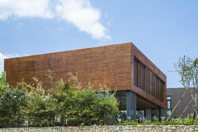 Biệt thự nghỉ dưỡng hình hộp gỗ trên ngọn đồi hướng biển ở Nha Trang - Ảnh 1.