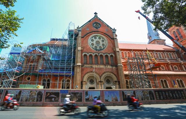 Nhà thờ Đức Bà sau 2 năm trùng tu, dần lộ diện lớp áo mới - Ảnh 5.