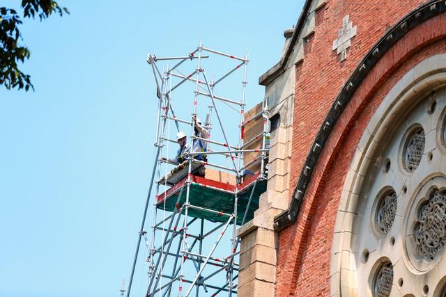 Nhà thờ Đức Bà sau 2 năm trùng tu, dần lộ diện lớp áo mới - Ảnh 6.