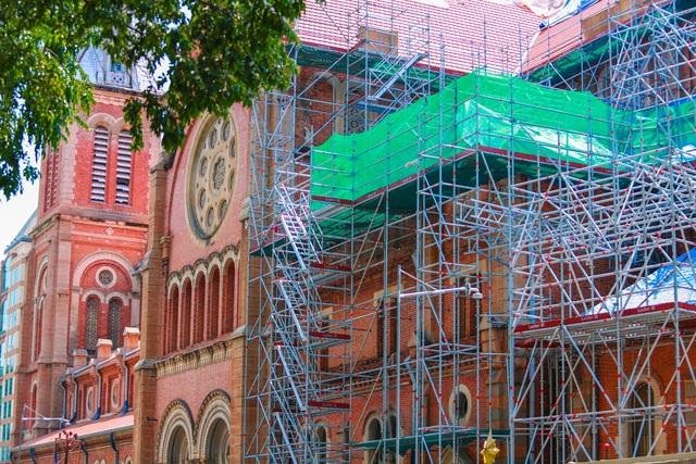 Nhà thờ Đức Bà sau 2 năm trùng tu, dần lộ diện lớp áo mới - Ảnh 8.