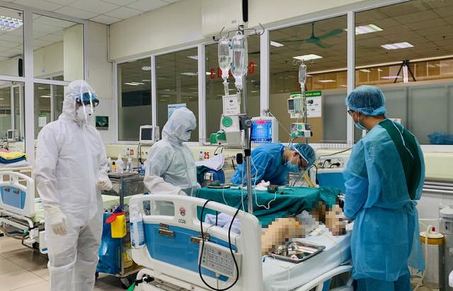 Bác gái ca bệnh Covid-19 thứ 17 phải can thiệp tim phổi nhân tạo  - Ảnh 1.