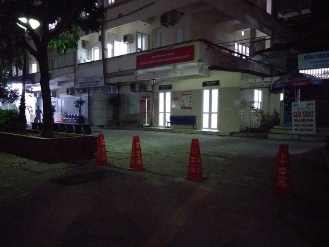 2 bệnh nhân mắc Covid-19: Cách ly 150 người, đóng cửa các quán ăn xung quanh BV Bạch Mai - Ảnh 1.