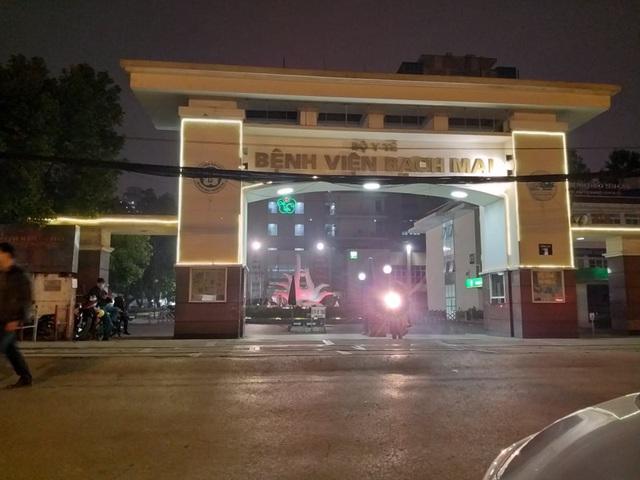 2 bệnh nhân mắc Covid-19: Cách ly 150 người, đóng cửa các quán ăn xung quanh BV Bạch Mai - Ảnh 2.