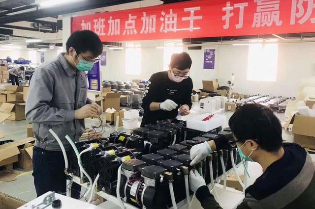Máy thở - thiết bị đang được cả thế giới săn lùng: Hàng Made in China lên ngôi chưa từng có, có nước mang cả máy bay quân sự đến tận nhà máy ở Trung Quốc mua hàng - Ảnh 1.
