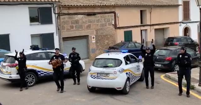 Khoảnh khắc hạnh phúc giữa lúc buồn chán: Anh cảnh sát chơi guitar hát cho cả phố nghe, xua đi bầu không khí u ám vì Covid-19 - Ảnh 3.