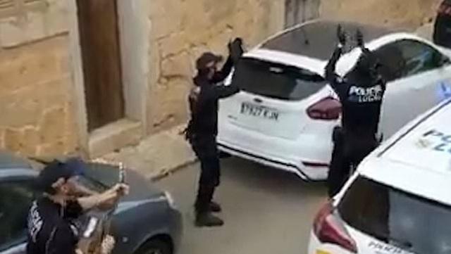 Khoảnh khắc hạnh phúc giữa lúc buồn chán: Anh cảnh sát chơi guitar hát cho cả phố nghe, xua đi bầu không khí u ám vì Covid-19 - Ảnh 4.