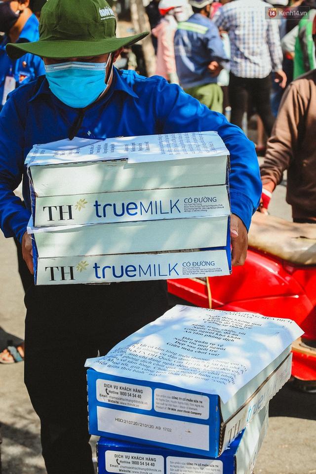 Người cách ly ở KTX âm thầm mua sữa tặng các anh dân quân tự vệ để cảm ơn vì ngày đêm chuyển hàng viện trợ - Ảnh 15.