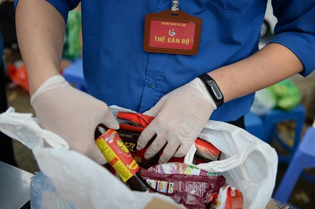 Gửi bún chả, bánh chưng, hoa quả, bia... vào khu cách ly cho người thân ở Hà Nội - Ảnh 7.