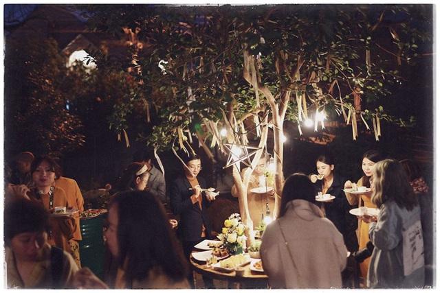 Độc đáo đám cưới tự tay làm hết của cặp đôi sống tối giản Đà Lạt: Cho khách ngồi lên rơm, đến chung vui còn có quà handmade mang về - Ảnh 14.