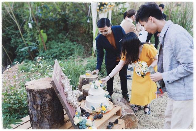 Độc đáo đám cưới tự tay làm hết của cặp đôi sống tối giản Đà Lạt: Cho khách ngồi lên rơm, đến chung vui còn có quà handmade mang về - Ảnh 8.