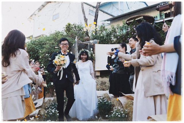 Độc đáo đám cưới tự tay làm hết của cặp đôi sống tối giản Đà Lạt: Cho khách ngồi lên rơm, đến chung vui còn có quà handmade mang về - Ảnh 2.