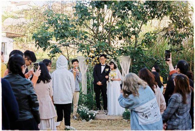 Độc đáo đám cưới tự tay làm hết của cặp đôi sống tối giản Đà Lạt: Cho khách ngồi lên rơm, đến chung vui còn có quà handmade mang về - Ảnh 1.