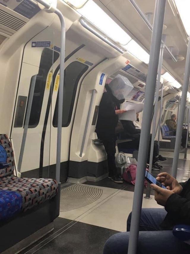 Cảnh tượng tưởng chỉ có ở Trung Quốc giờ đã xuất hiện tại Anh: Người dân chế đủ thứ, từ hộp nhựa, túi đựng đồ đến... áo mưa để làm khẩu trang - Ảnh 1.