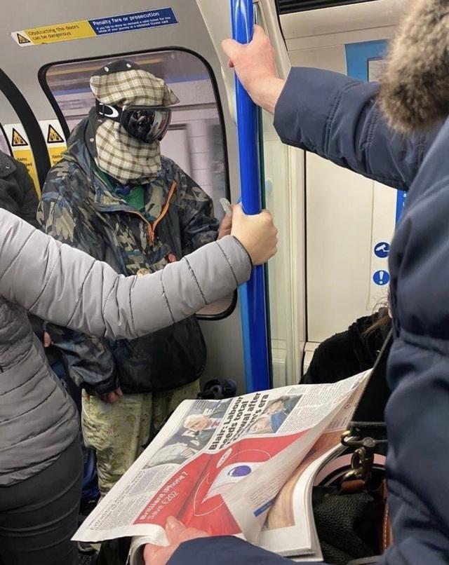 Cảnh tượng tưởng chỉ có ở Trung Quốc giờ đã xuất hiện tại Anh: Người dân chế đủ thứ, từ hộp nhựa, túi đựng đồ đến... áo mưa để làm khẩu trang - Ảnh 3.