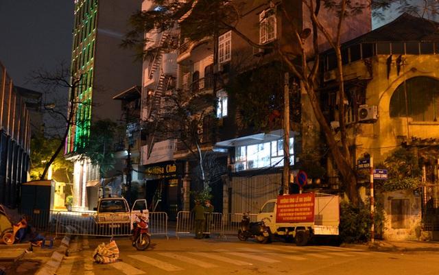 Phong tỏa 2 đầu phố Trúc Bạch: Người đòi ra ngoài không được bức xúc tìm cách trốn - Ảnh 1.