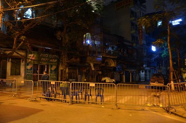 Phong tỏa 2 đầu phố Trúc Bạch: Người đòi ra ngoài không được bức xúc tìm cách trốn - Ảnh 2.