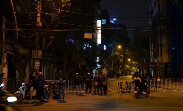 Phong tỏa 2 đầu phố Trúc Bạch: Người đòi ra ngoài không được bức xúc tìm cách trốn - Ảnh 11.