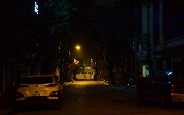 Phong tỏa 2 đầu phố Trúc Bạch: Người đòi ra ngoài không được bức xúc tìm cách trốn - Ảnh 12.