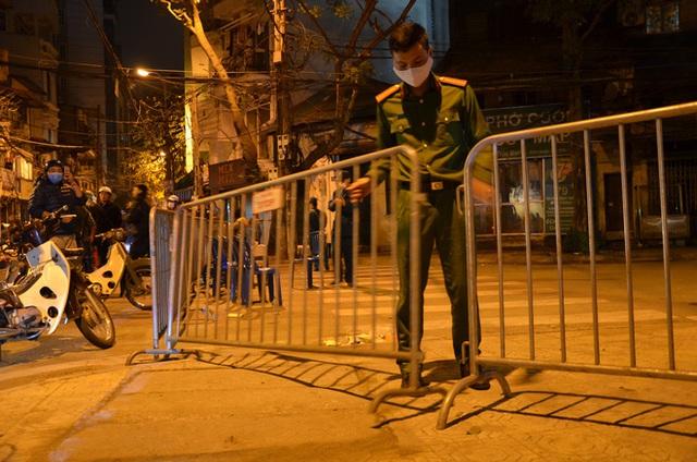 Phong tỏa 2 đầu phố Trúc Bạch: Người đòi ra ngoài không được bức xúc tìm cách trốn - Ảnh 15.