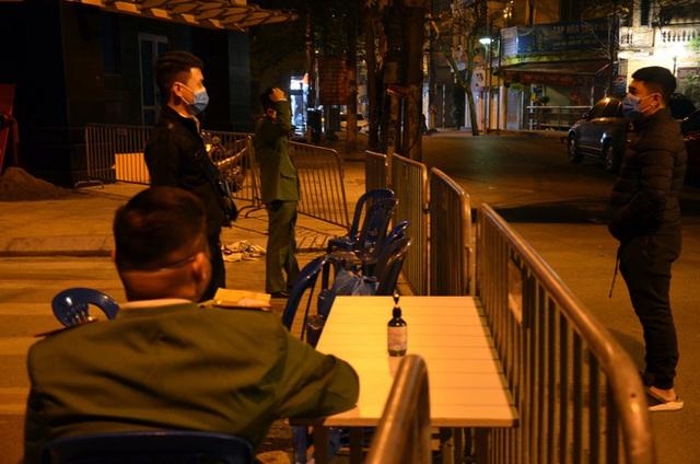 Phong tỏa 2 đầu phố Trúc Bạch: Người đòi ra ngoài không được bức xúc tìm cách trốn - Ảnh 3.