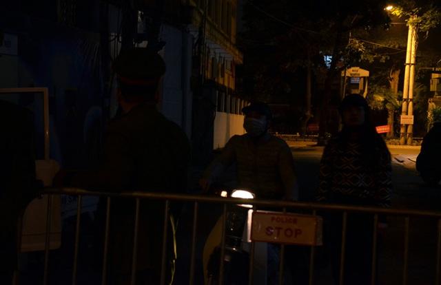 Phong tỏa 2 đầu phố Trúc Bạch: Người đòi ra ngoài không được bức xúc tìm cách trốn - Ảnh 5.